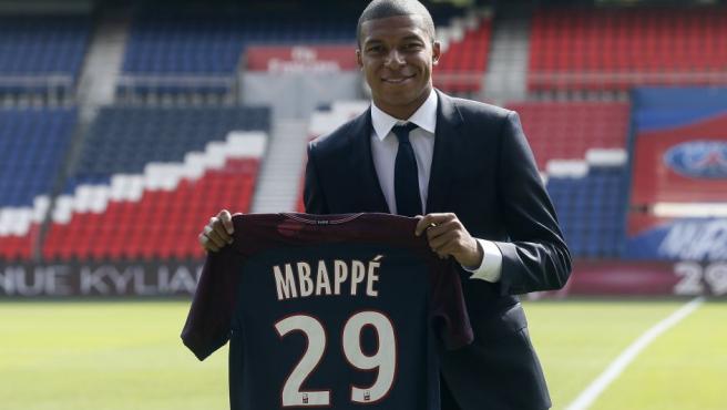 El futbolista francés posa con el dorsal que llevará en el equipo parisino.