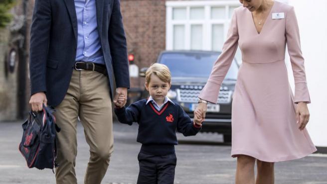 El príncipe Jorge (c) llega a su primer día de colegio en el Thomas's Battersea School acompañado de su padre, Guillermo (i), duque de Cambridge, y de la directora Helen Haslem (d) en Londres (Reino Unido).