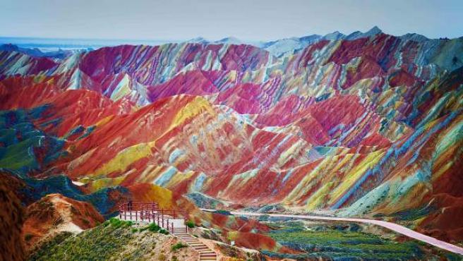 Parque geológico de Danxia de Zhangye, en el desierto del Gobi (en Mongolia), donde las formaciones rocosas del cretácico adquieren una coloración de ensueño por los minerales que las forman. Es Patrimonio de la Humanidad.