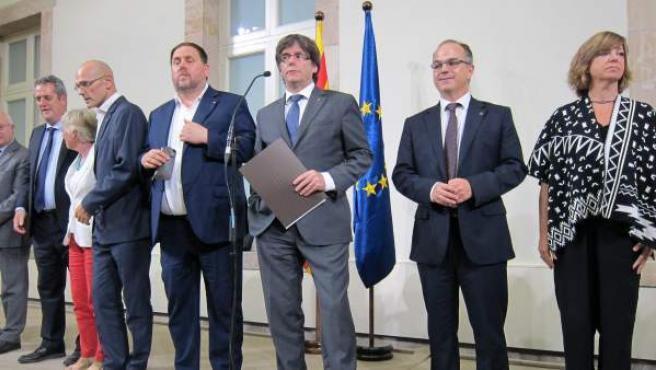 El presidente de la Generalitat, Carles Puigdemont, y sus consellers, tras convocar el referéndum del 1-O.