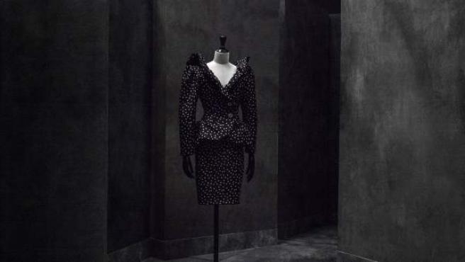 Conjunto de chaqueta y falda de tafetán de seda con lunares blancos. Botones joya con brillantes y azabache, 1980. Colección Manuel Pertegaz.