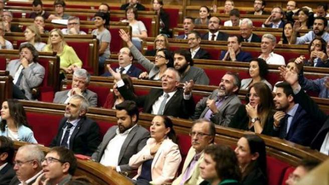 Diputados del PSC,Ciudadanos y PPC t, protestan a la presidenta del Parlament, Carme Forcadell, por la aceptación de la solicitud de Junts pel Sí y de la Cup de la alteración del orden del día para incluir el debate y tramitación de la Ley de Transitoriedad Jurídica.