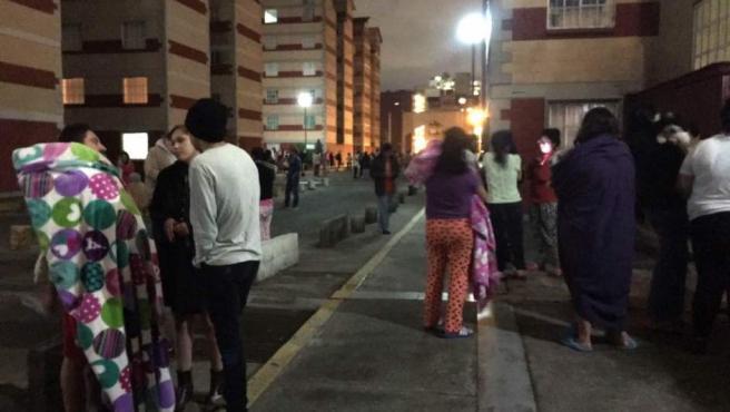 Vecinos de Ciudad de México permanecen fuera de sus hogares tras el terremoto de magnitud 8,2 con epicentro en Chiapas.