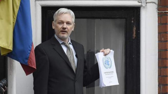Imagen tomada el 5 de febrero de 2016 del cofundador de WikiLeaks durante una rueda de prensa desde el balcón de la embajada de Ecuador en Londres.
