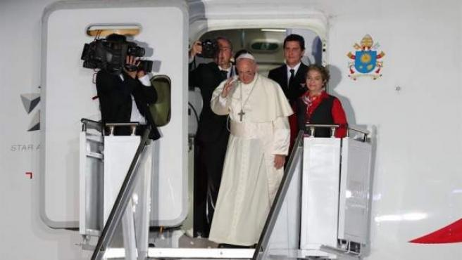 El papa Francisco se despide de Colombia, en el aeropuerto Rafael Núñez, en Cartagena.