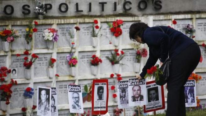 Una mujer visita el memorial a las víctimas de la dictadura de Augusto Pinochet del Cementerio General en Santiago de Chile.