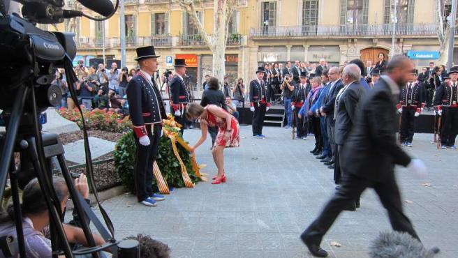 La Presidenta del Parlament, Carme Forcadell, deposita un ramo de flores en el monumento de Rafael Casanova, en Barcelona, durante la celebración de la Diada.