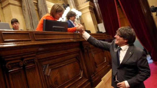 El expresidente de la Generalitat Carles Puigdemont, saluda a la expresidenta del Parlament Carme Forcadell.