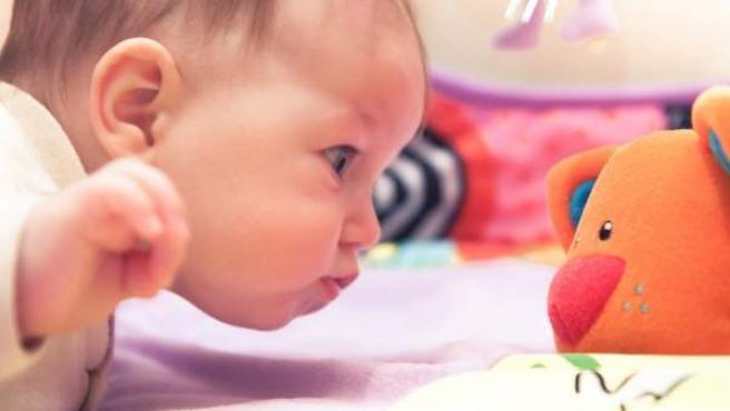 Imagen de un bebé en su cuna.