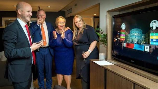 La primera ministra noruega, Erna Solberg (segunda por la derecha), acompañada por su esposo (junto a ella), su hija y su consejero, reacciona al conocer los resultados del Partido Conservador en Oslo.