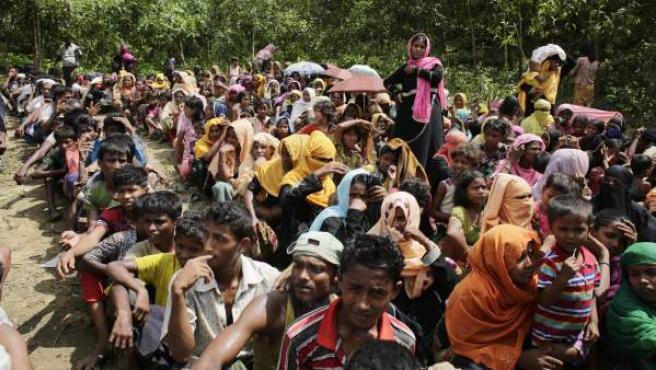 Refugiados rohinyás esperan para recibir suministros en una campamento temporal en Ukhiya, en Bangladesh.