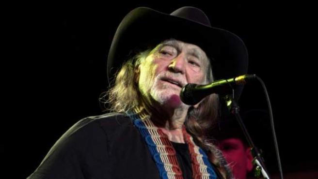 El artista Willie Nelson durante un concierto.