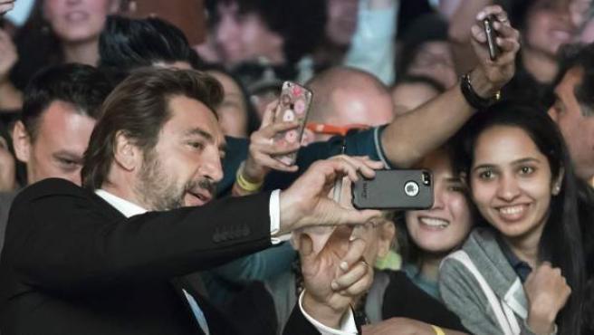 El actor español Javier Bardem se fotografía con los fans en la 42 edición del Festival Internacional de Cine de Toronto, donde asiste al estreno de Loving Pablo.