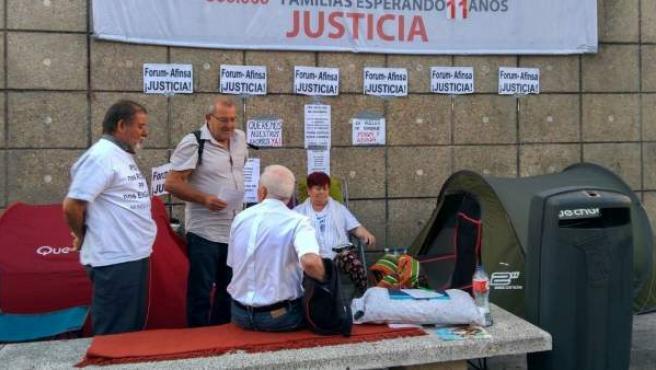 Campamento de afectados por el Fórum Filatélico junto al Museo Reina Sofía.