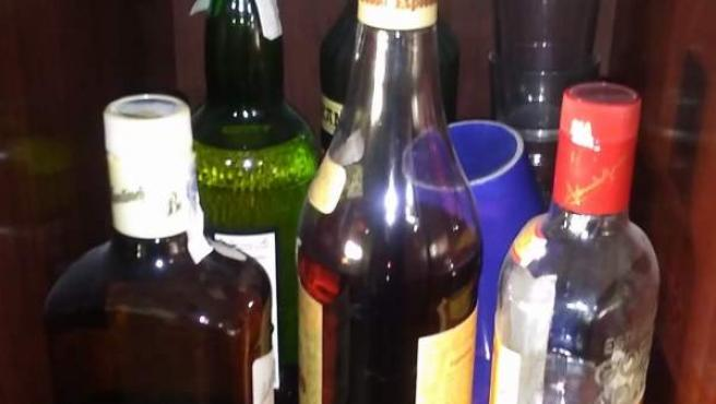 Unas botellas de alcohol.