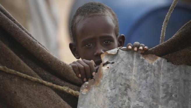 Un niño observa la cámara desde la tienda de su familia en un campamento para desplazados internos a las afueras de Qardho (Somalia). La crisis alimentaria causada por la falta de lluvias en la región afecta a 5,6 millones de personas, según la Cruz Roja.