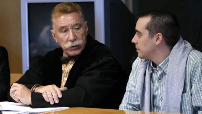 Bruno Hernández Vega(d), junto a su abogado, Marcos García Montes(i), en el juicio.