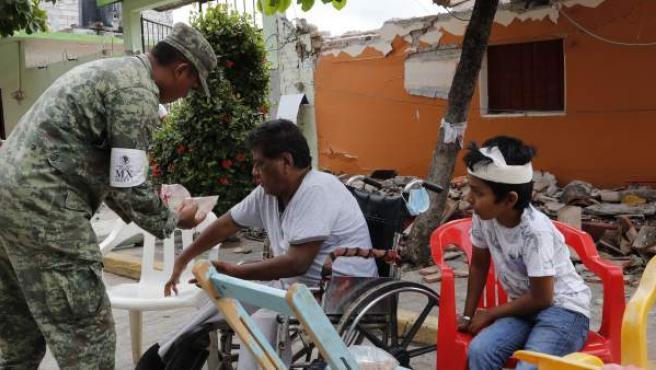 Miembros del Ejército mexicano reparten alimentos y agua en Ixtaltepec, Oaxaca.