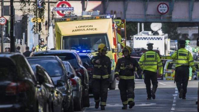 Miembros de los servicios de emergencia acordonan la zona de la estación de metro Parsons Green, en Londres (Reino Unido). Varios pasajeros han resultado con heridos con quemaduras en el rostro por una explosión ocurrida en el interior de uno de los trenes.