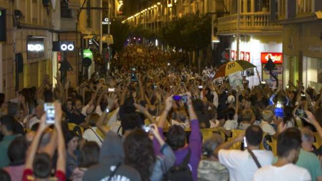 Más de 10.000 personas se han manifestado esta noche por las calles de Murcia ante la imposibilidad de protestar ocupando los raíles tras otra noche consecutiva de gran despliegue de antidisturbios para impedirlo.