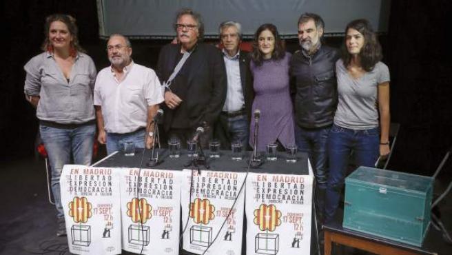 """El portavoz de ERC en el Congreso, Joan Tardá (tercero por la izquierda), entre otros, durante el acto a favor del referéndum soberanista en Cataluña organizado por la asociación """"Madrileños por el derecho a decidir en el Teatro del Barrio, en Madrid."""
