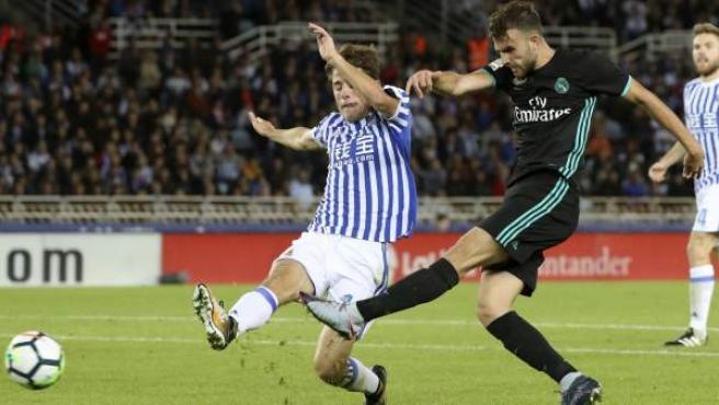El delantero del Real Madrid Borja Mayoral (d) pelea un balón con el centrocampista de la Real Sociedad Asier Illarramendi durante el encuentro de la cuarta jornada de la liga Santander que han disputado en el estadio de Anoeta de San Sebastián.