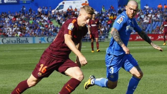 El delantero del Barcelona Gerard Deulofeu (i) disputa un balón con el jugador portugués del Getafe Vitorino Antunes (d).