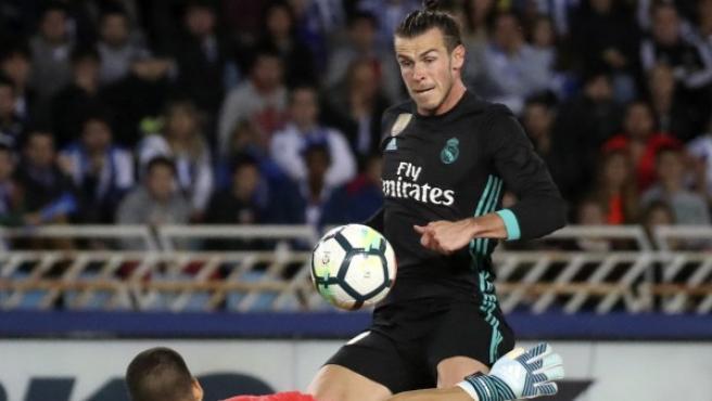 El delantero galés del Real Madrid Gareth Bale (arriba) supera la salida de Rulli para marcar el tercer gol ante la Real Sociedad.