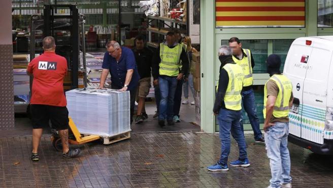 Agentes de la Guardia Civil supervisan la incautación de material electoral del 1-O.