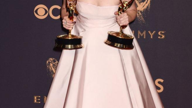 La actriz Elisabeth Moss, protagonista de la serie dramática The Handmaid's Tale, posa sonriente con sus dos Emmy logrados en la edición 69 de estos premios de la televisión.