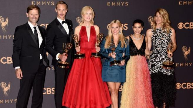 Los actores Jeffrey Nordling, Alexander Skarsgard, Nicole Kidman, Reese Witherspoon, Zoe Kravitz y Laura Dern posan con los premios Emmy logrados en la 69 edición de estos galardones.