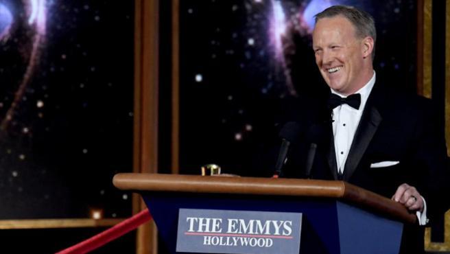 Indignación en las Redes por la presencia de Sean Spicer en los Emmy