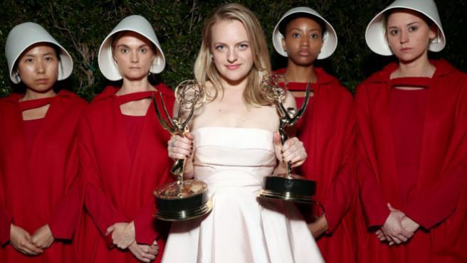 ...Y Elisabeth Moss celebró su Emmy con Don Draper