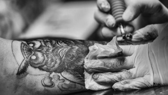 Momento de la realización de un tatuaje.