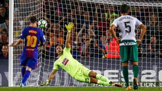 Penalti de Leo Messi al Eibar que no puede detener Dmitrovic.