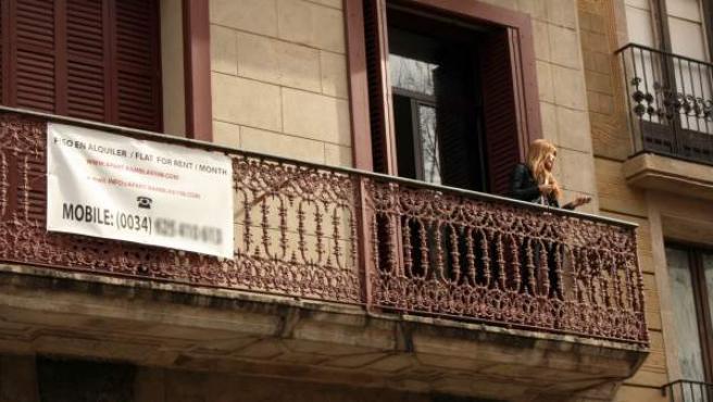 Una mujer en un piso turístico del distrito barcelonés de Ciutat Vella.