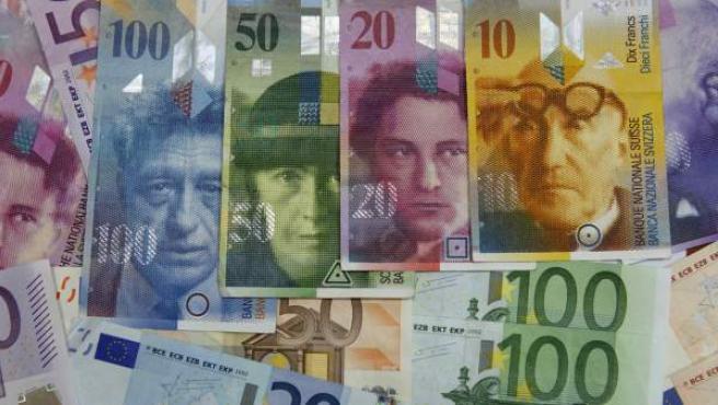 Varios billetes procedentes de la zona euro al lado de unos francos suizos.