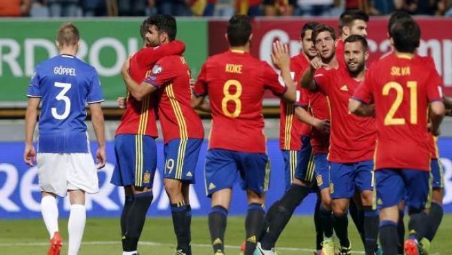 Los jugadores de la selección española celebra uno de los goles ante Liechtenstein.