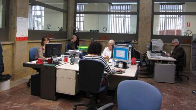 Funcionarios trabajando en un centro de público de La Rioja, en una imagen de archivo.