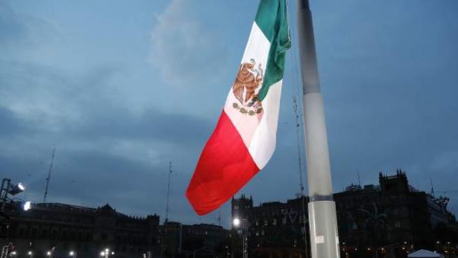 La bandera de México en la Plaza de la Constitución.