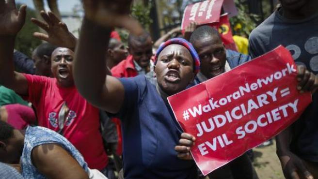 Un grupo de simpatizantes del presidente keniata Uhuru Kenyatta y su partido Jubileo, gritan consignas en protesta de la decisión del Tribunal Supremo de apoyar al líder de la oposición Raila Odinga para la repetición de las elecciones presidenciales.