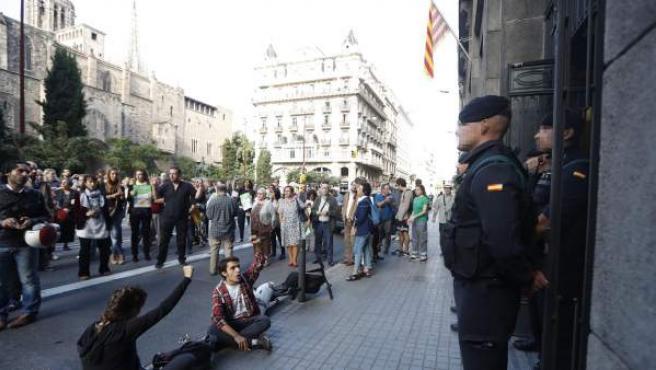 Agentes de la Guardia Civil y manifestantes ante la puerta de la sede de la conselleria de Gobernación.