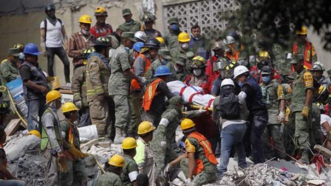 Brigadistas y voluntarios trabajan entre los escombros de los edificios colapsados durante un sismo de magnitud 7,1 en la escala de Richter, en Ciudad de México (México).