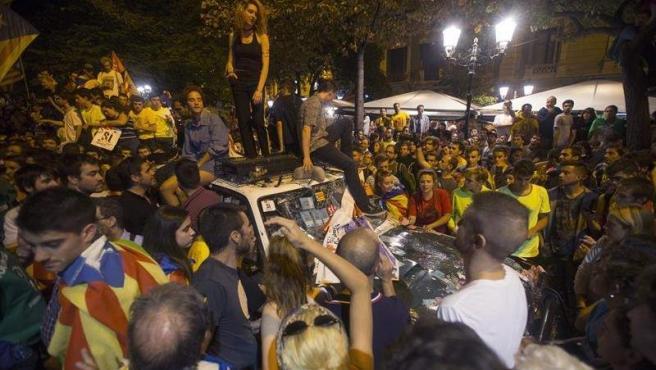 Unas 4.000 personas, según la Guardia Urbana, se congregaron en los alrededores de la sede de la consellería de Economía y Hacienda de la Generalitat,en Barcelona, para protestar por el registro llevado a cabo por la Guardia Civil por orden judicial.