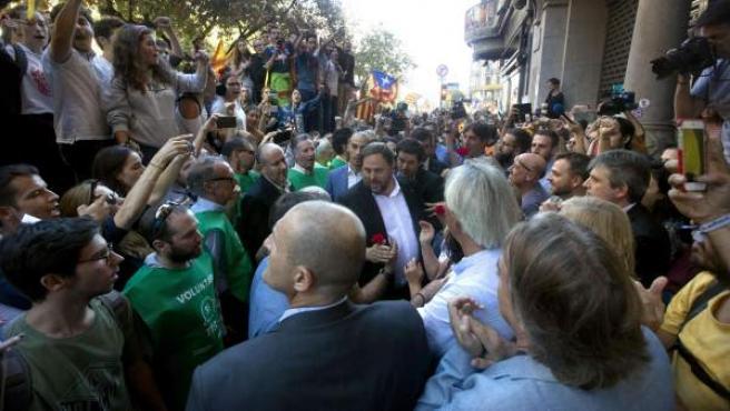 Oriol Junqueras, arropado por catalanes, después de la detención de su cúpula.