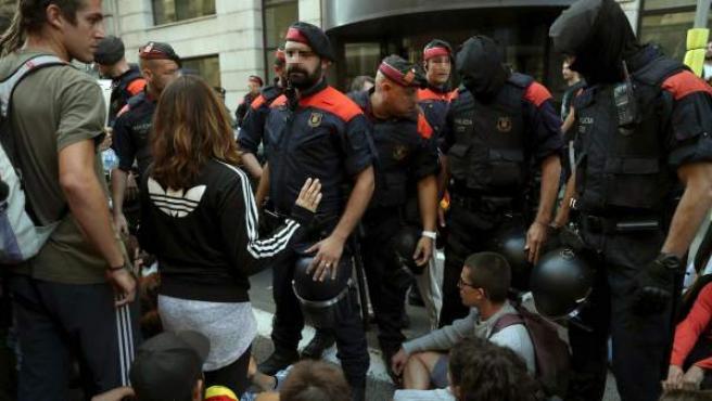 Mossos d'Esquadra escoltan a los vehículos de la Guardia Civil que participaban en el registro de la sede de la consellería de Exteriores.