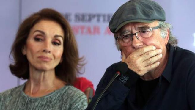 El cantante español Joan Manuel Serrat, junto a Ana Belén, en Santiago de Chile.