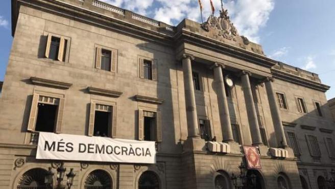 """Ada Colau cuelga del Ayuntamiento de Barcelona una pancarta con el lema """"Más democracia""""."""