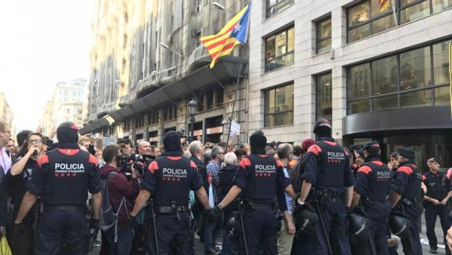 Dispositivo de los Mossos ante la Conselleria de Exteriores de Via Laietana en Barcelona.