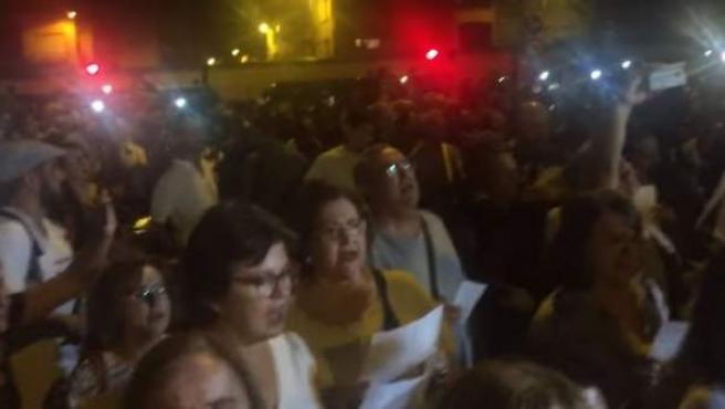 Músicos y vecinos de Murcia versionan el éxito de Pink Floyd 'Another Brick in the Wall' para protestar por la falta de soterramiento de las vías del tren.
